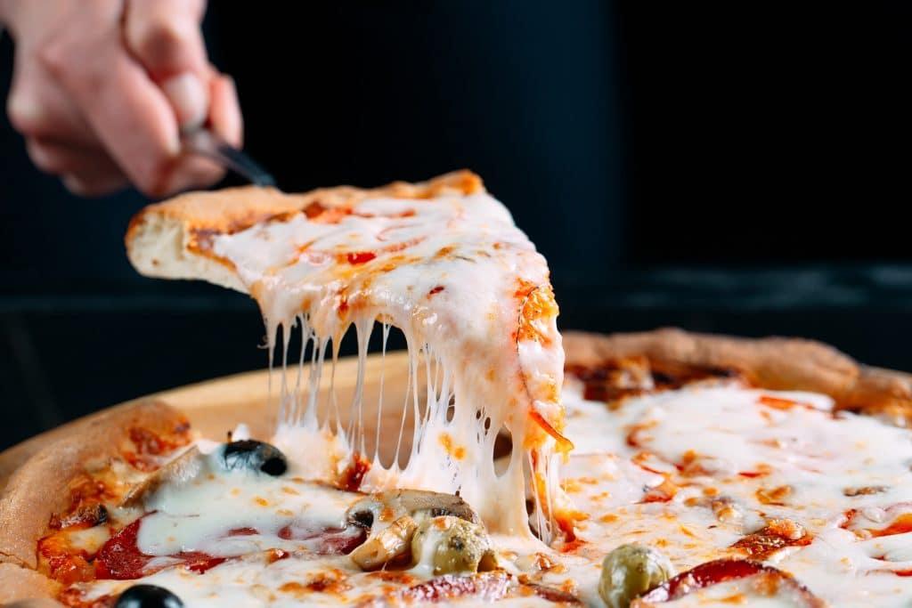 Foto de uma pizza com bastante queijo