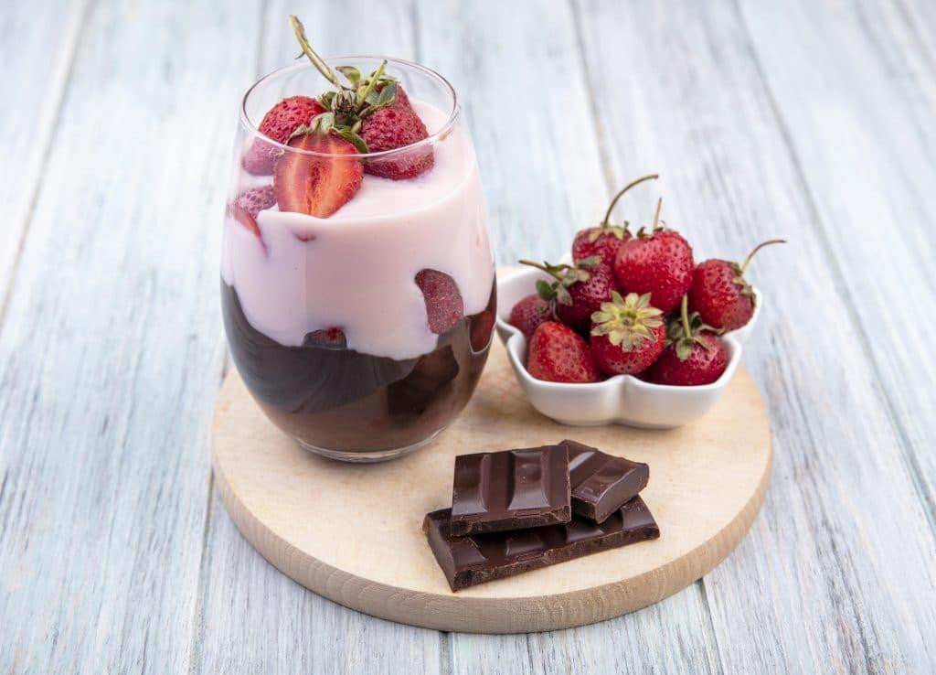 Foto de uma sobremesa de chocolate com morango