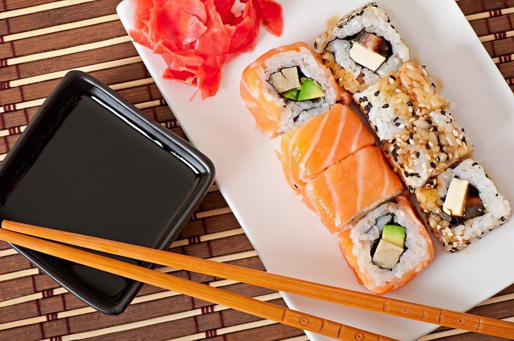 Foto de comida japonesa - uramaki feito com salmão e abacate